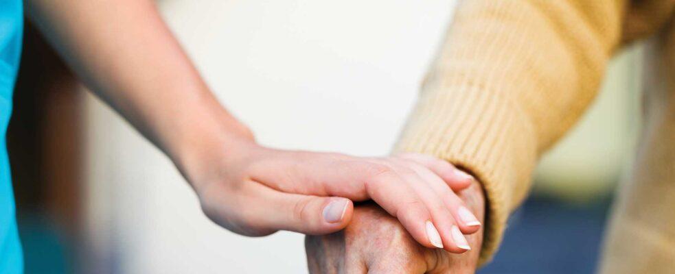 El potencial económico de la mayor dedicación de las mujeres al cuidado de personas mayores y enfermos crónicos asciende, al menos, a 7,812 millones de euros al año